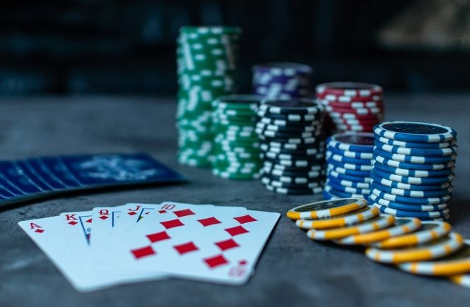 What are the different types of rewards offered by the online casino?